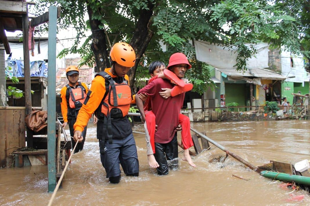 Tim-Rescue-DMC-Dompet-Dhuafa-Bantu-Warga-Terdampak-Banjir-Jabodetabek